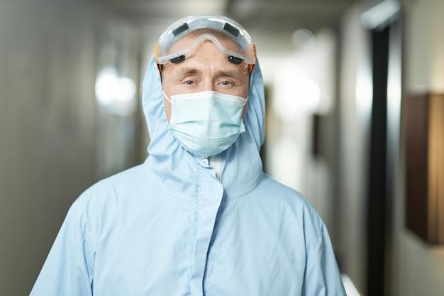 Trabalhador profissional do sexo masculino posando com roupas de proteção