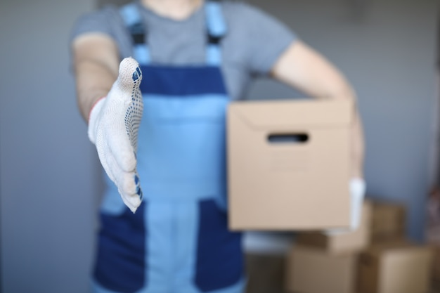 Trabalhador profissional no aperto de mão uniforme