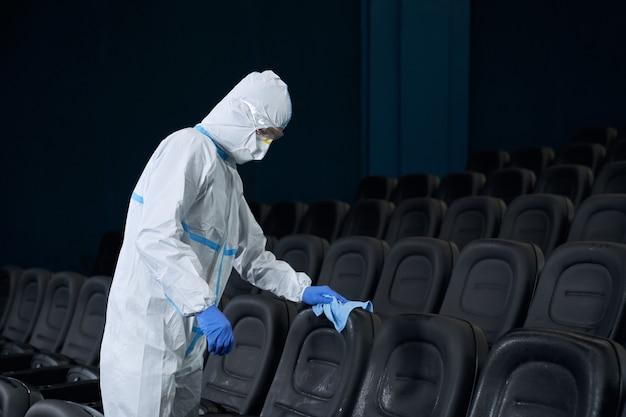 Trabalhador que fabrica cadeiras de desinfecção contra o coronavírus.