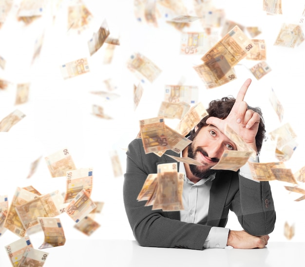 Trabalhador que mostra um gesto de mão, enquanto chovendo o dinheiro
