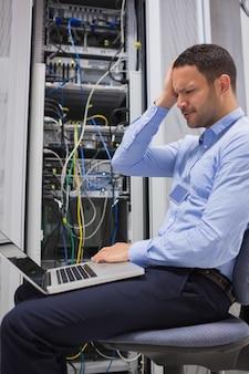 Trabalhador que parece estressado