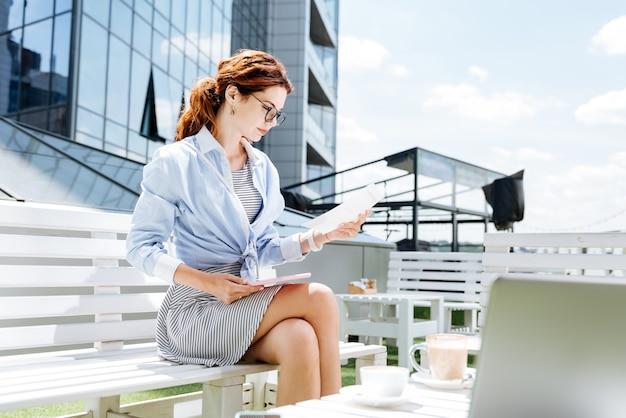 Trabalhador remoto. trabalhador remoto elegante e bonito sentindo-se motivado enquanto trabalha na esplanada