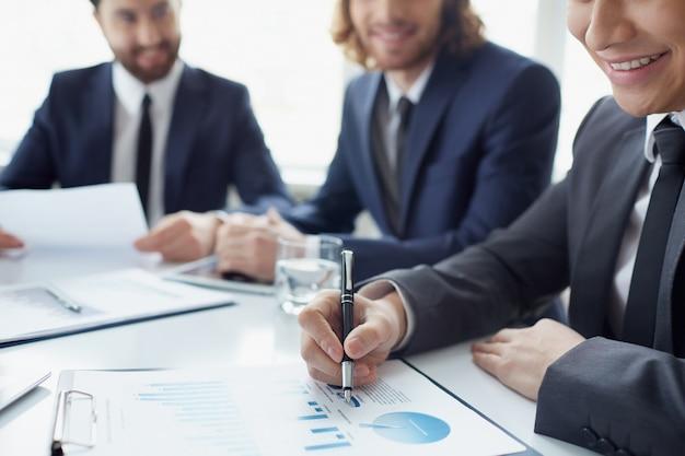 Trabalhador revisão do crescimento das vendas
