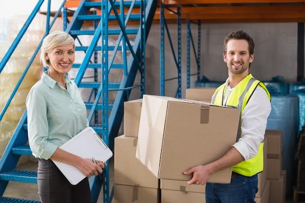 Trabalhador, segurando, caixa, com, gerente, segurando clipboard