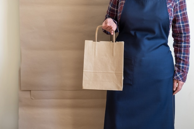 Trabalhador serviço de entrega embalagem saco caixa avental packer grátis café aberto para ir