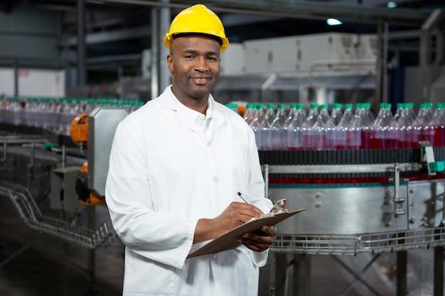 Trabalhador sorridente observando os produtos no depósito