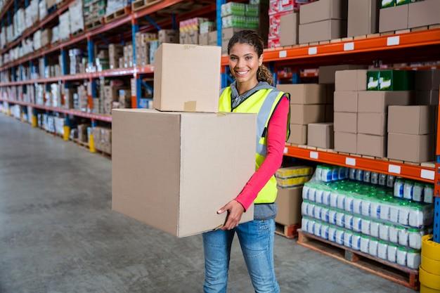 Trabalhador sorridente segurando caixas