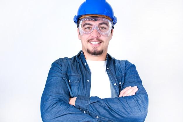 Trabalhador, sorrindo com os braços cruzados
