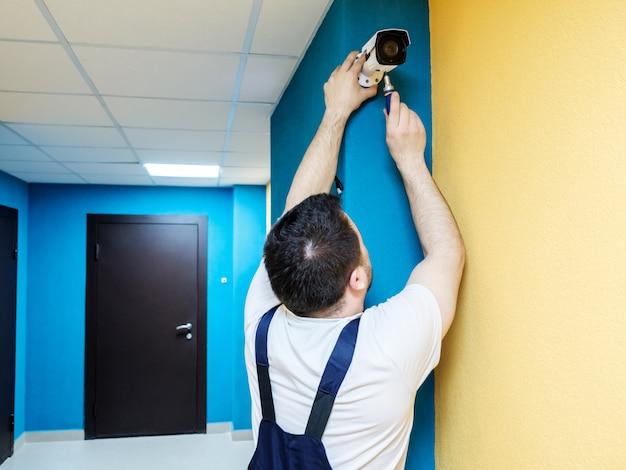 Trabalhador técnico instalar câmera de vigilância por vídeo