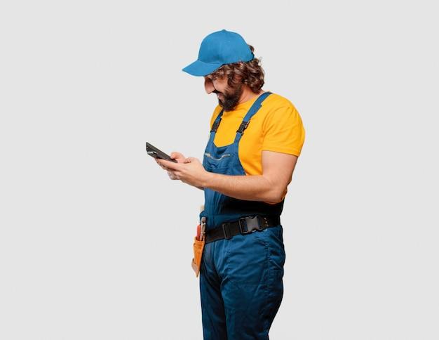 Trabalhador trabalhador manual com um telefone inteligente