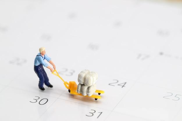 Trabalhador trabalhando no calendário