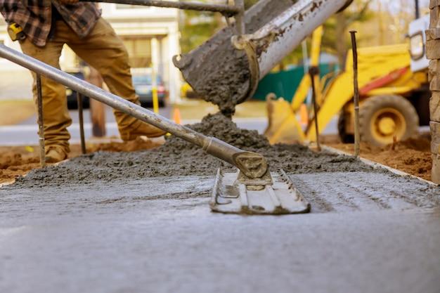 Trabalhador trabalhando para pavimento de concreto para construção de terreno