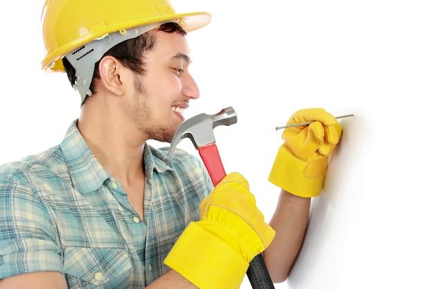 Trabalhador usando martelo