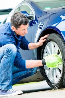 Trabalhador, usando, microfiber, lavagem carro, luva, para, limpeza, borda