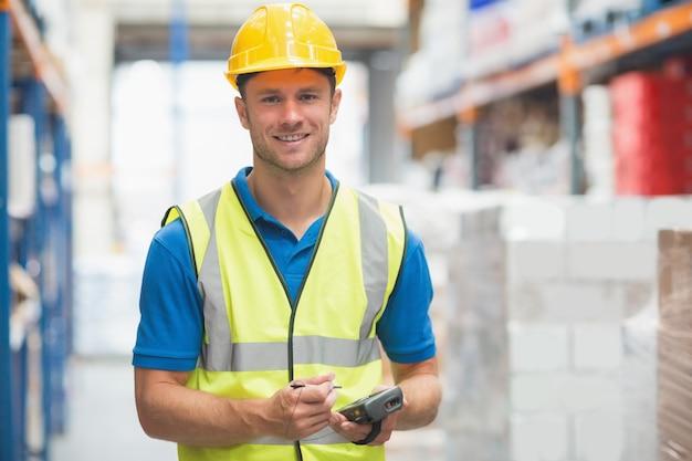 Trabalhador usando o computador de mão