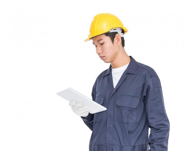 Trabalhador, usando um tablet e segurando a planta em branco
