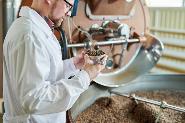 Trabalhador, verificando o processo de torrefação na fábrica
