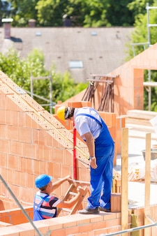 Trabalhador, verificar, paredes, ligado, local construção
