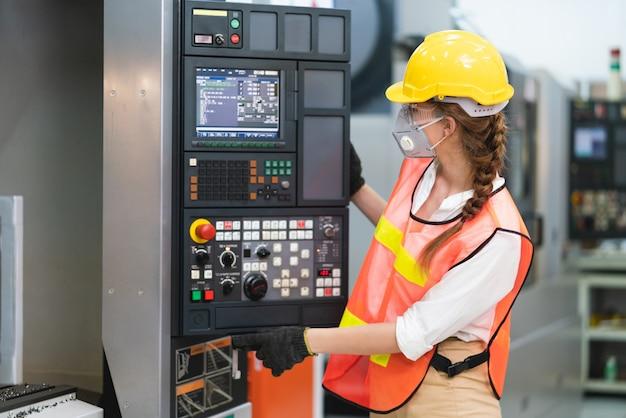 Trabalhadora com colete de segurança e capacete amarelo no trabalho
