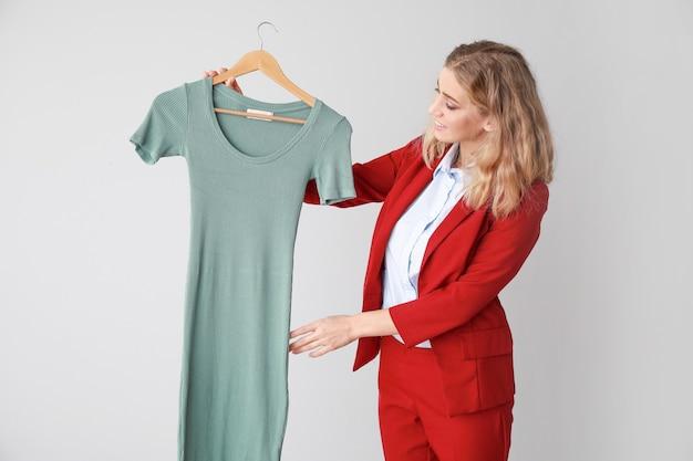 Trabalhadora da lavanderia moderna com roupas leves