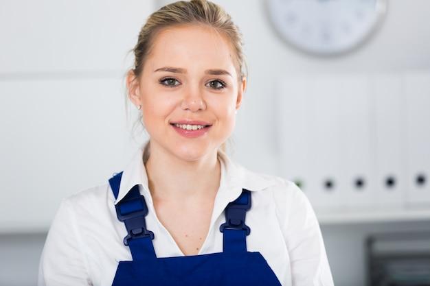 Trabalhadora do serviço de limpeza de escritórios