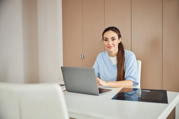 Trabalhadora médica profissional posando em seu local de trabalho