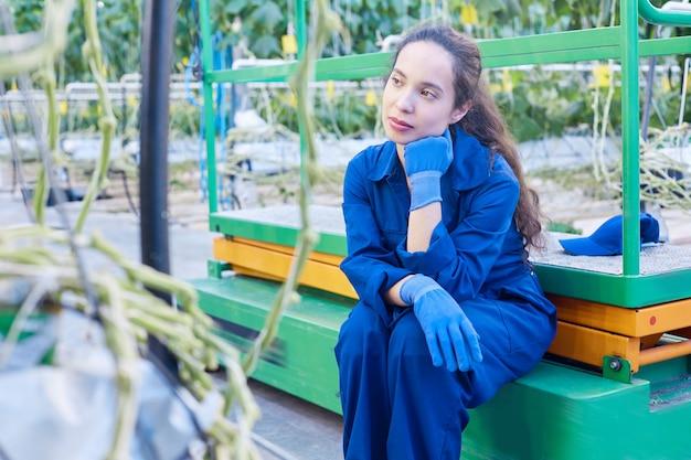 Trabalhadora, tendo uma pausa na plantação