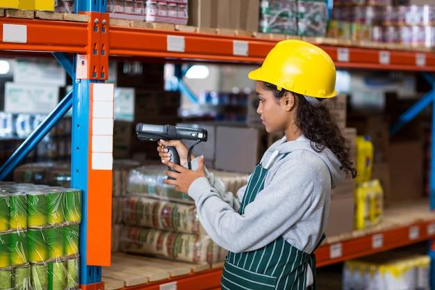 Trabalhadora, usando o scanner de código de barras