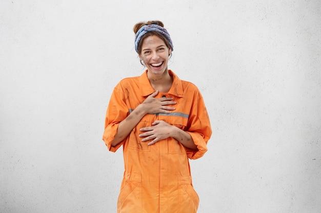 Trabalhadora vestindo roupa de trabalho