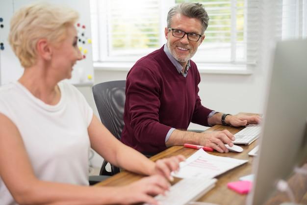 Trabalhadores alegres em seu escritório