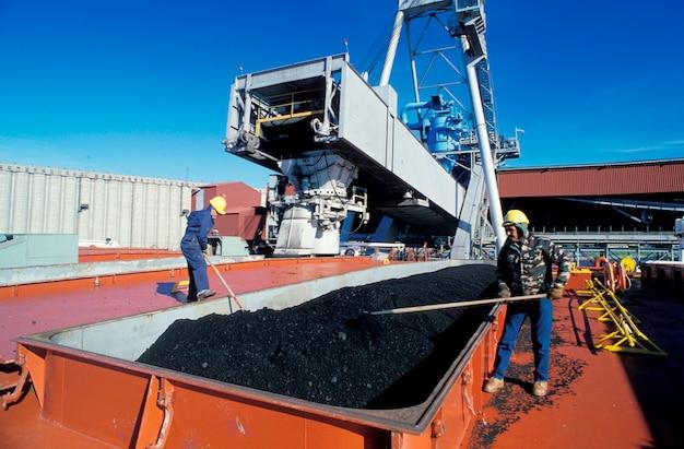 Trabalhadores carregando carvão