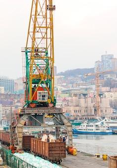 Trabalhadores carregavam sacos no porto.