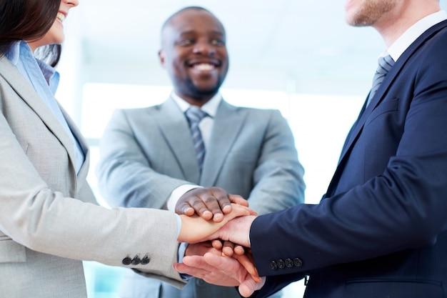 Trabalhadores com as mãos juntas