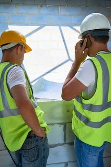 Trabalhadores com plantas baixas