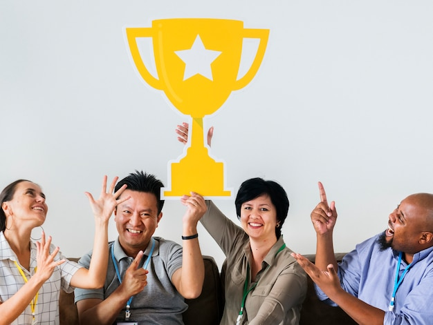 Trabalhadores comemorando seu sucesso com um troféu