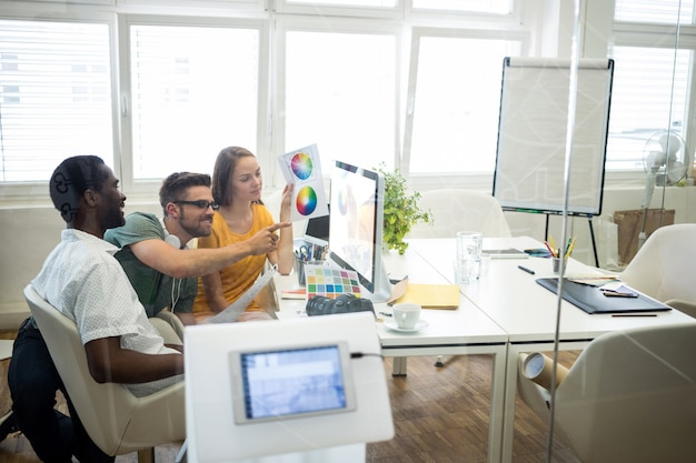 Trabalhadores comparar cores na tela