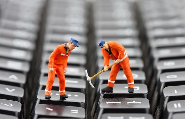 Trabalhadores consertando teclado