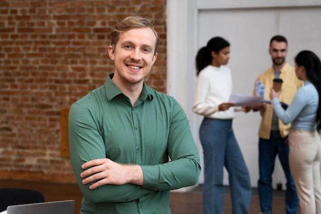 Trabalhadores corporativos fazendo brainstorming juntos