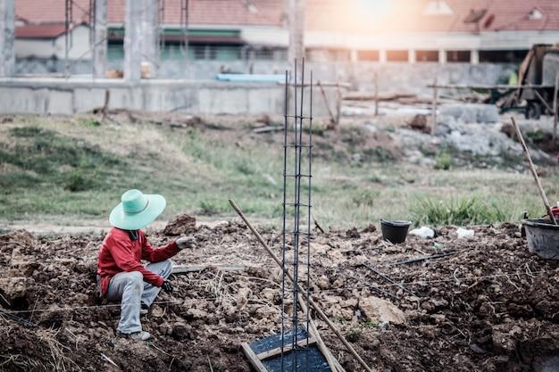 Trabalhadores da construção civil na tailândia.
