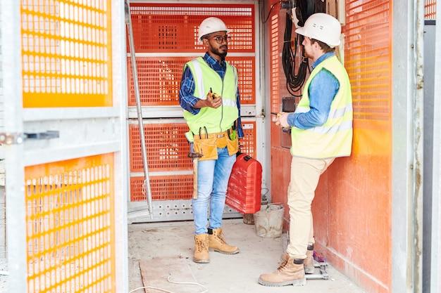 Trabalhadores da construção civil no elevador