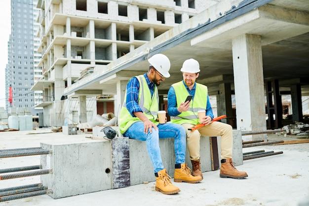 Trabalhadores da construção civil no intervalo