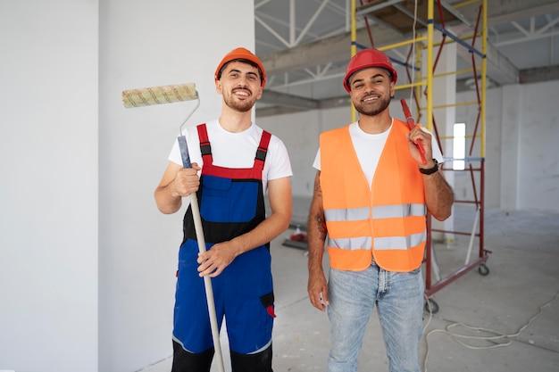 Trabalhadores da construção civil no local