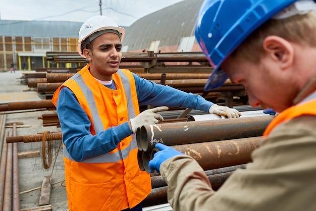 Trabalhadores da construção civil no trabalho