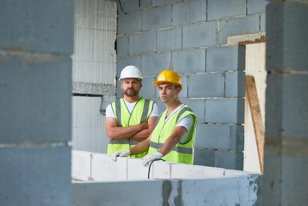Trabalhadores da construção civil posando no local