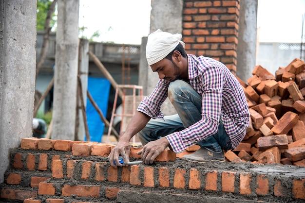 Trabalhadores da construção civil trabalhando em um empreendimento ou canteiro de obras.