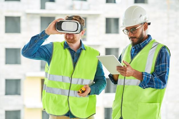 Trabalhadores da construção civil usando vr no local
