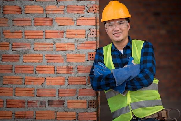 Trabalhadores da construção masculinos asiáticos no canteiro de obras ou retrato dos trabalhadores da construção no local do trabalho.