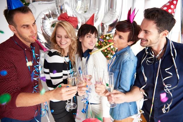 Trabalhadores da empresa comemorando o ano novo juntos