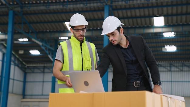 Trabalhadores da fábrica trabalhando e discutindo o plano de manufatura na fábrica