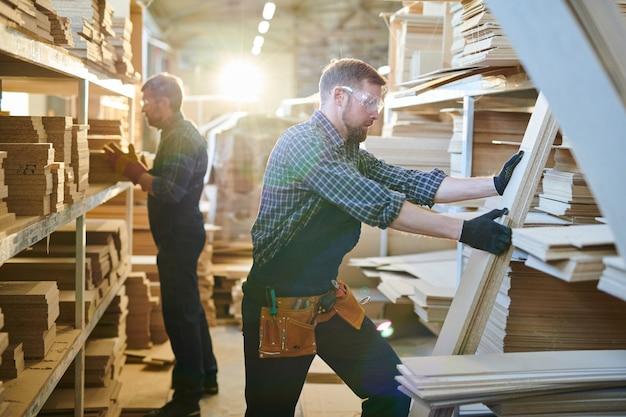 Trabalhadores de armazém de fábrica de móveis